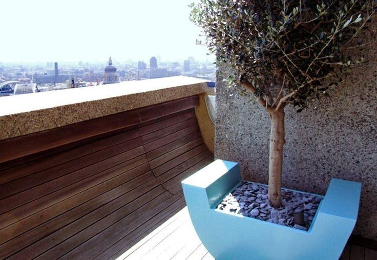 olivier-pot-design-moderne-décoré-gravier-balcon.jpg (750×517)