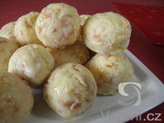 Recept na nadýchané kynuté kulaté knedlíky se šunkou, které můžeme podávat k dušené zelenině, omáčkám nebo šťavnatým vepřovým pečením.