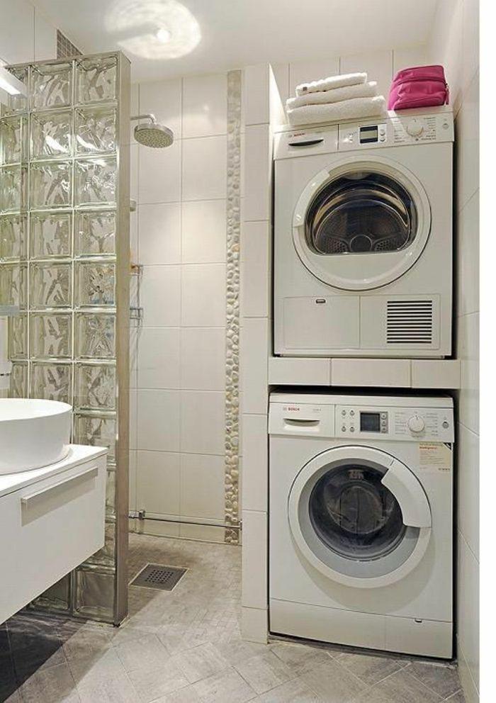 petit salle de bain avec séparateur d espace en briques carrées de verre