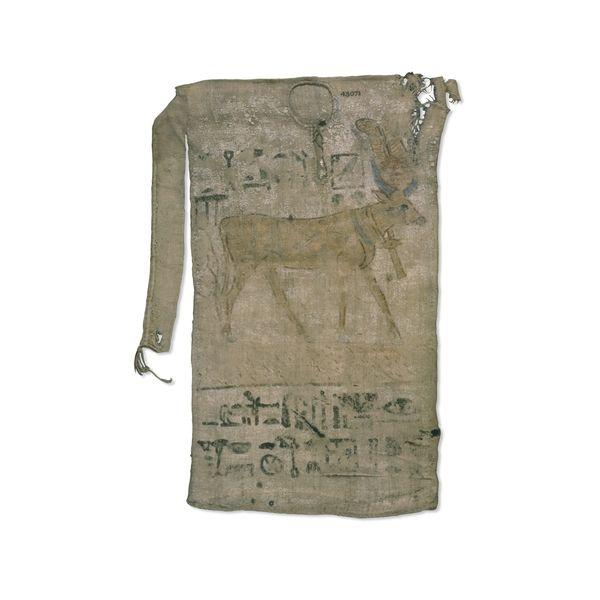 ''Esta túnica perteneciente a la XIX Dinastía hallada en Deir El-Bahari se cree que no fue utilizada como prenda de vestir, si no como túnica votiva.  Posiblemente se le ofrendó a la deidad representada en ella, en este caso Hathor con la esperanza de que la diosa respondiera a su favor en alguna petición, o quizás en acción de gracias.  Se encuentra en el museo Británico.''