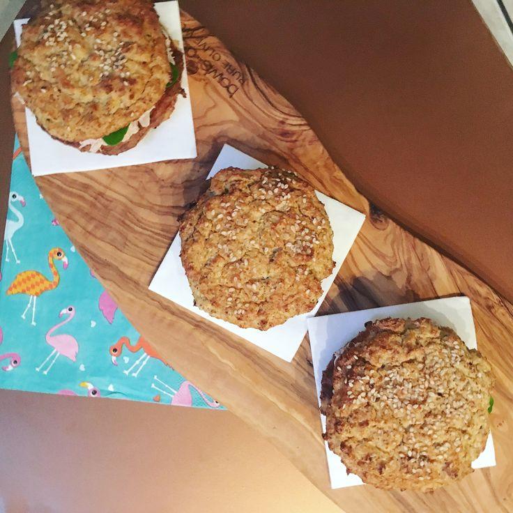 Omdat ik niet iedere dag een bak sla mee naar mijn werk wil maar geen boterhammen meeneem blijf ik nieuwe recepten proberen. Zo kwam ik terecht bij bloemkoolbroodjes. Super makkelijke broodjes die je door de neutrale smaak met van alles kunt beleggen.