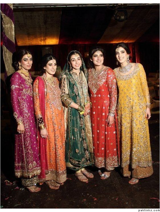 The bride and her sisters in Bunto Kazmi! Such a beautiful family with incredible taste in clothes! Bellisima!