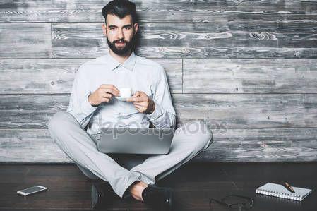 Descargar - Hombre con portátil bebiendo café — Imagen de stock #133133916