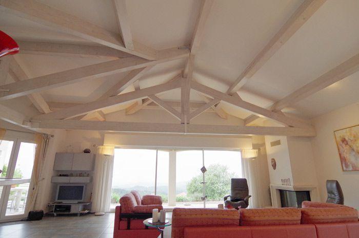 Faux plafonds avec poutres en bois