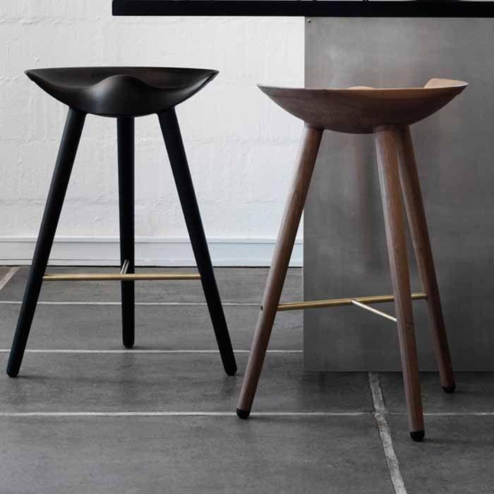 Bestel via SOOO.nl: zwarte design barkruk met voetsteun. De hoge barkruk is van massief zwart gebeitst beukenhout. Voetsteun in staal, messing of koper.