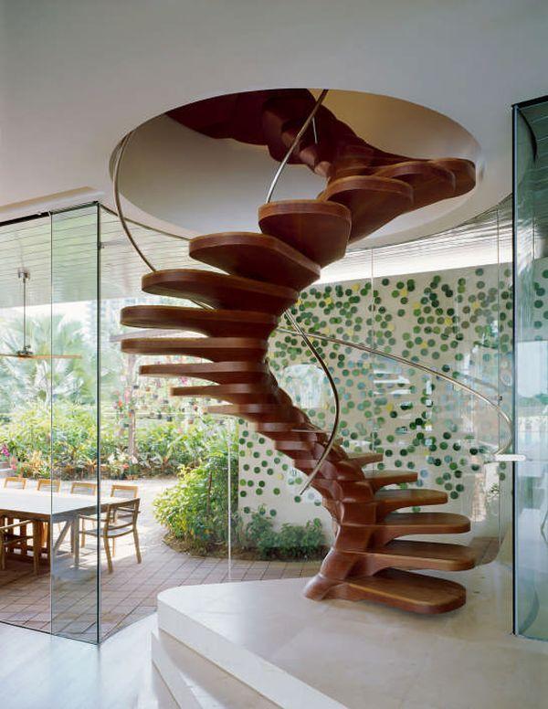 Spindeltreppe aus Holz-mit Glasgeländern-ytl residence