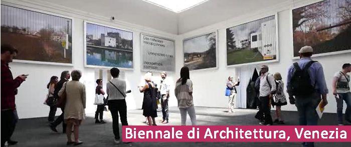 Biennale di architettura di Venezia. il padiglione nazionale della Francia è stato allestico con 12 grandi prismatici rotanti per visulizzare i progetti di architettura selezionali per la biennale internazionale del 2016