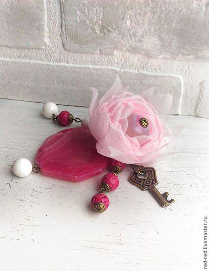 Купить или заказать Украшение для сумки в стиле бохо шик. Цветок из ткани розовый в интернет-магазине на Ярмарке Мастеров. Подвеска на сумку в стиле бохо. Белый агат, крупный розовый агат, лава яркого малинового оттенка, цветок из нежной розовой ткани, подвеска ключ и цепочки цвета латуни. Можно повесить на рюкзак, сумку или на ключи. ----- Выбранные украшения резервируются на 3 дня. Хотите быть в курсе новинок? Выберите опцию 'Добавить в круг'. Информация о доставке и телефон для быс...