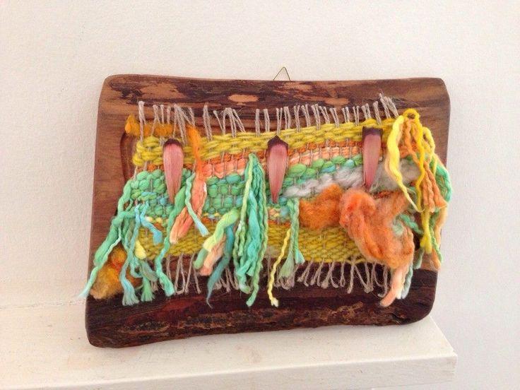 Telar urdiembre de yute tejida en lana Chilota  vellon y algodon.Decorado con piñones de Aeaucaria Chilena sobre trozo de Raulí