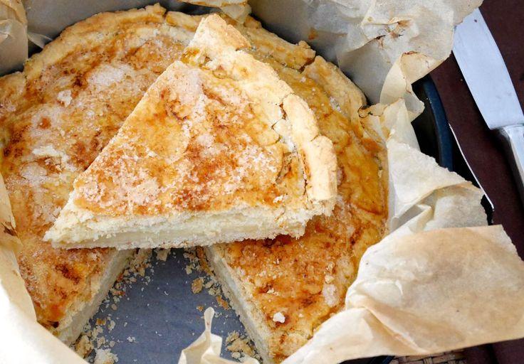 La crostata ripiena di crema al limone è un dolce perfetto per colazione o merenda.
