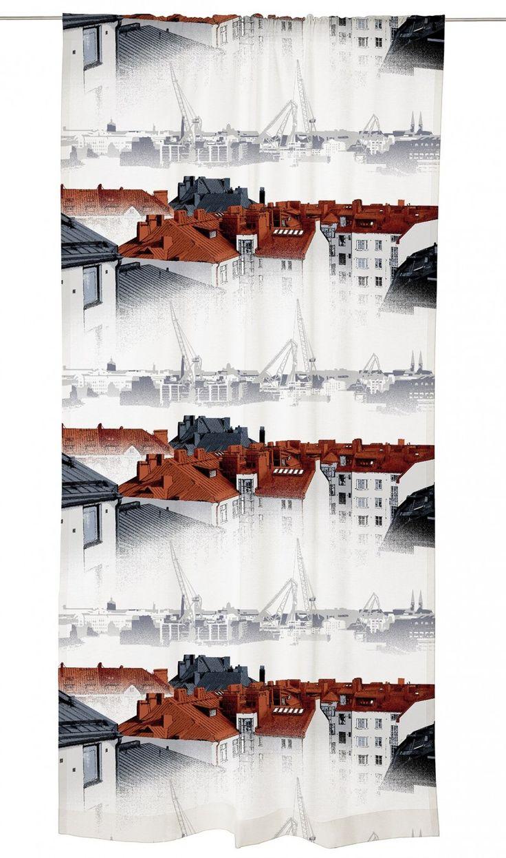 <p><span>Aamu-usva-valmisverhon kuosi taltioi kauniin näkymän Helsingin ydinkeskustan kattojen ylle: Kampin kerrostalojen kuparikatot, kattohuoneistot kattoikkunoineen, tuuletusparvekkeet ja leveät savupiiput. Näkymä on usvainen,