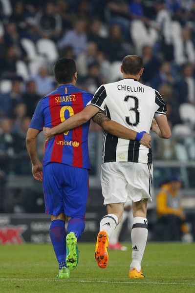 Barcelona's Uruguayan forward Luis Suarez (L) and Juventus' defender from Italy Giorgio Chiellini walk together during the UEFA Champions League quarter final first leg football match Juventus vs Barcelona, on April 11, 2017 at the Juventus stadium in Turin.  / AFP PHOTO / Marco BERTORELLO
