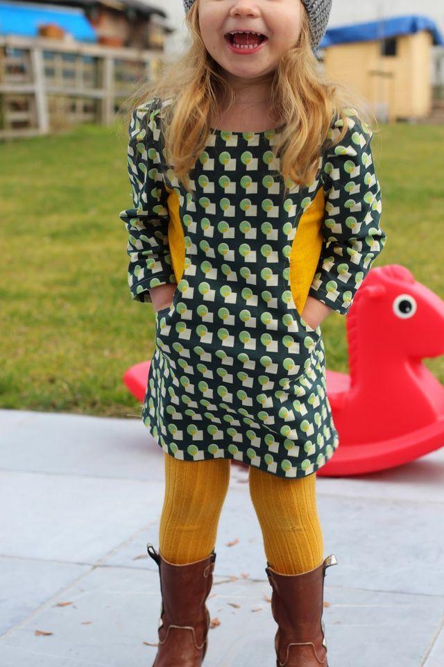 Sunki Dress van Figgy's. Een recht modelletje, met grote zakken en plooitjes op de schouders. Het patroon nodigt