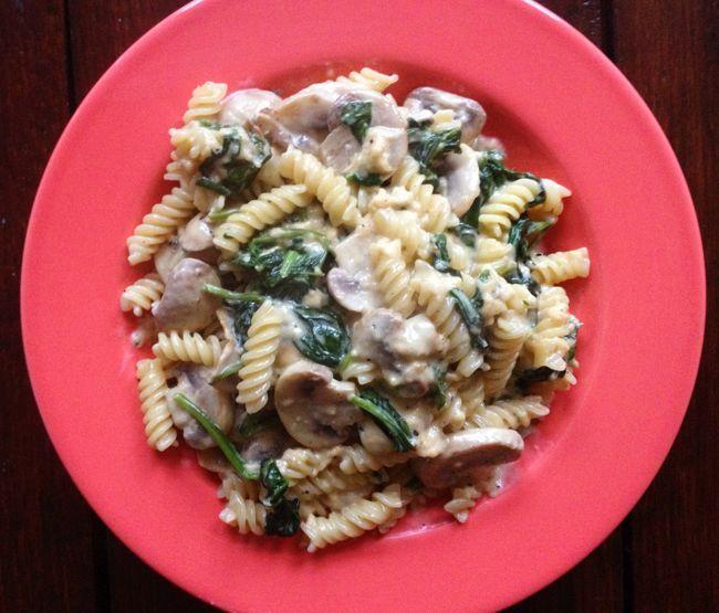 Pasta Florentine, wat is dat eigenlijk? Het is een gerecht dat sowieso spinazie bevat. Zoals deze pasta met spinazie, champignons en room voor 1 persoon.
