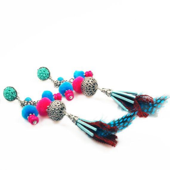 Grote pompon oorbellen hippie stijl - clips oorbellen met pompons, franje en veren - neon roze, turkoois, blauw - Ibiza stijl