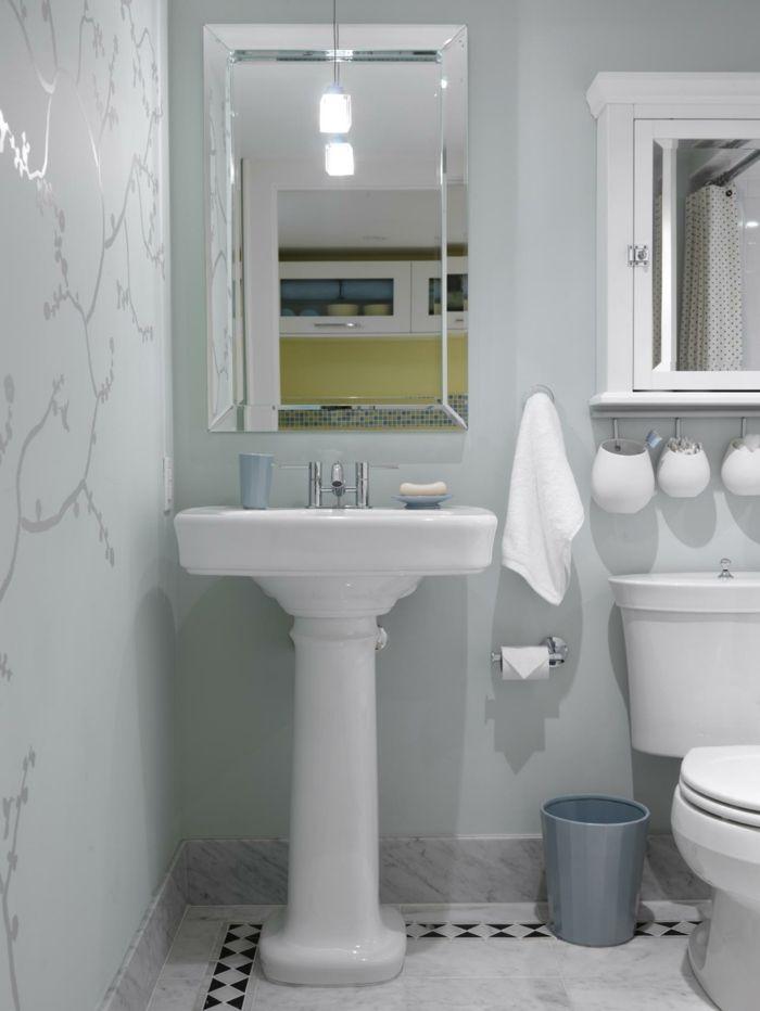 Badezimmer Gestaltungsideen Weisse Wande Mit Wandtattoo Klassisches Waschbecken Und Klassischer Spi Kleines Bad Gestalten Kleines Bad Dekorieren Badgestaltung
