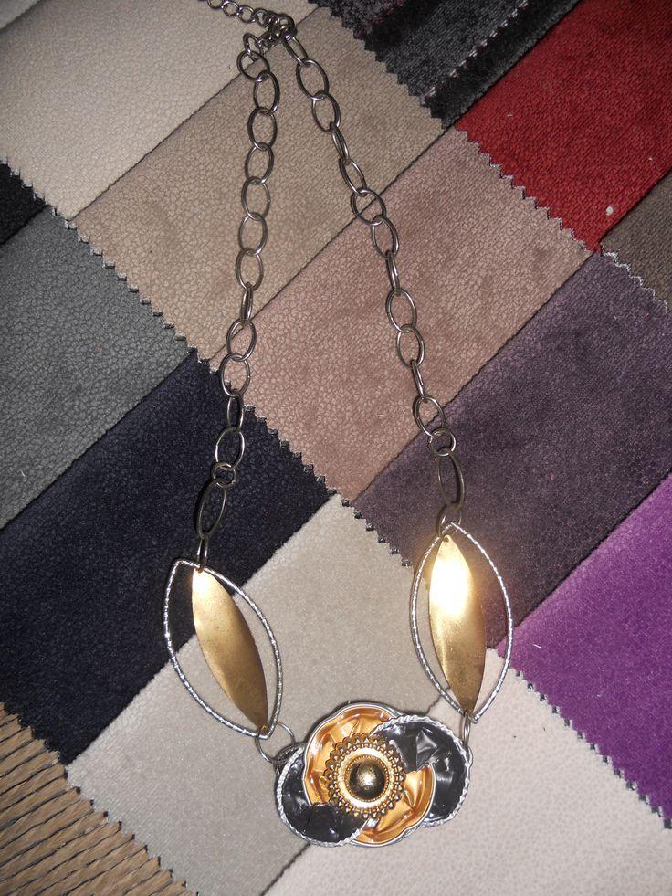 collana davvero originale, crata con cialde caffè, e avanzi di una vecchia collana, con al centro un bottone, coloro oro.