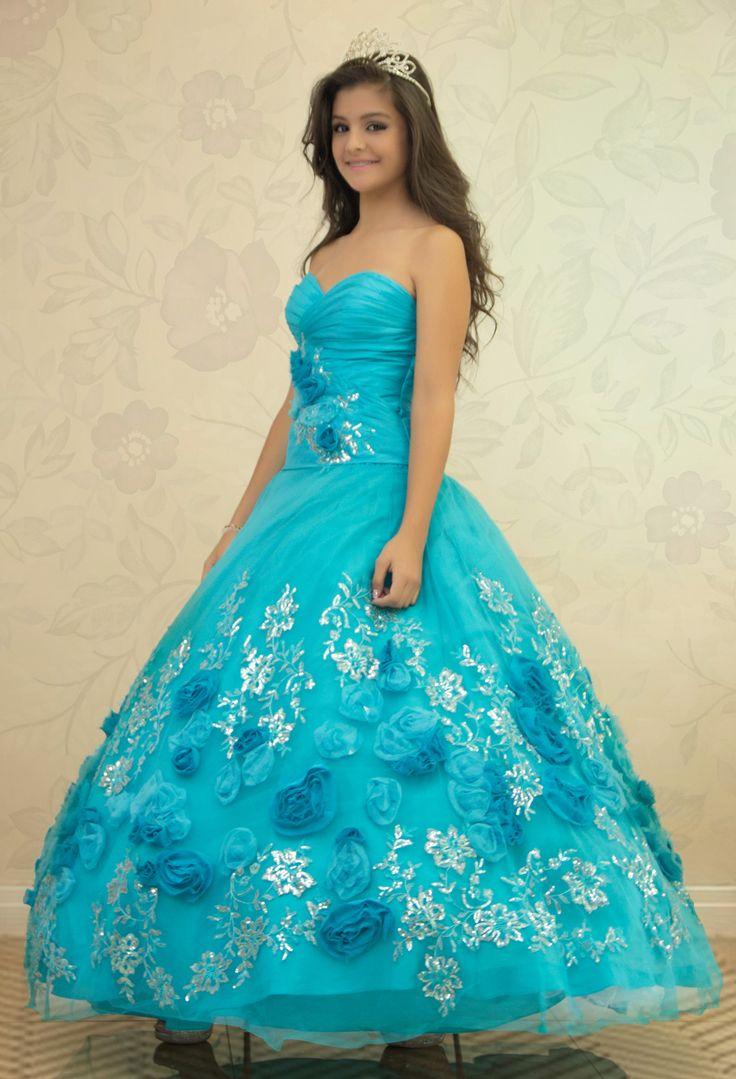 REF.2-2 Vestido de quinces azul claro liso con bordado de lentejuelas en forma de flores en su parte inferior, además con unas hermosas flores de tela que le dan carácter al vestido.