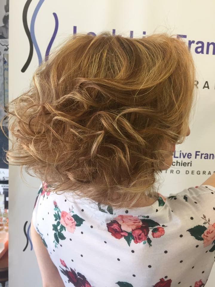 Nuovo cambiamento per la nostra Elisa! Degradè luminoso con sfumature ramate unite ad un piega autentica ed elegante! #newlook #haircolor #wella #degradè #hairstyle #fashion #davines #sustenaiblebeautypartner #bcorp #centrodegradè #looklivefrancaparrucchieri #viadeimirti29 #ragusa
