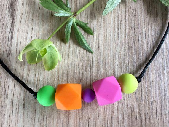 Nursing Necklace: Fuchsia Orange por LuluBabyFriendly en Etsy