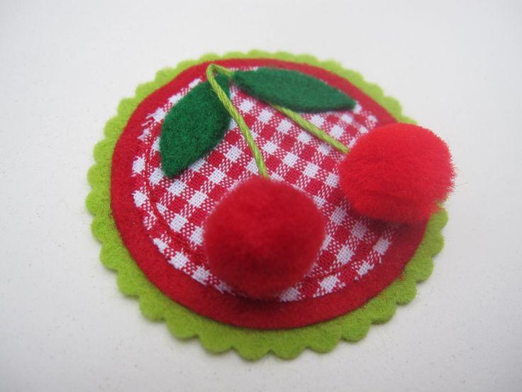 Médaillon cerise en feutrine verte, tissu vichy rouge et pompons