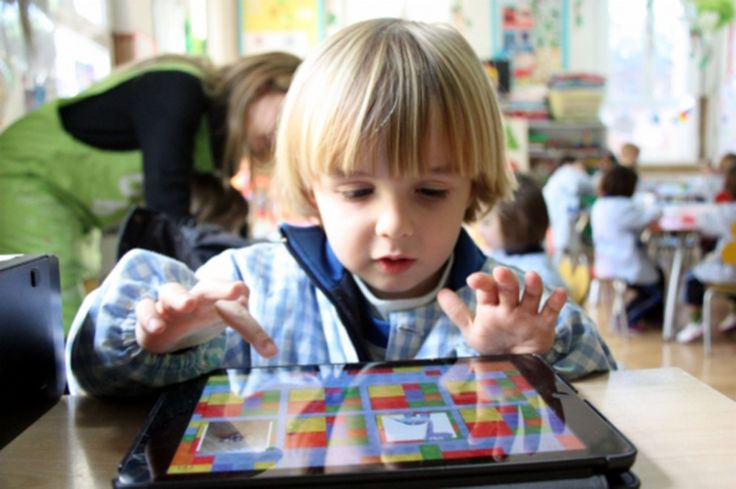 Nens i nenes de P3 juguen, pinten i experimenten amb iPads a la classe
