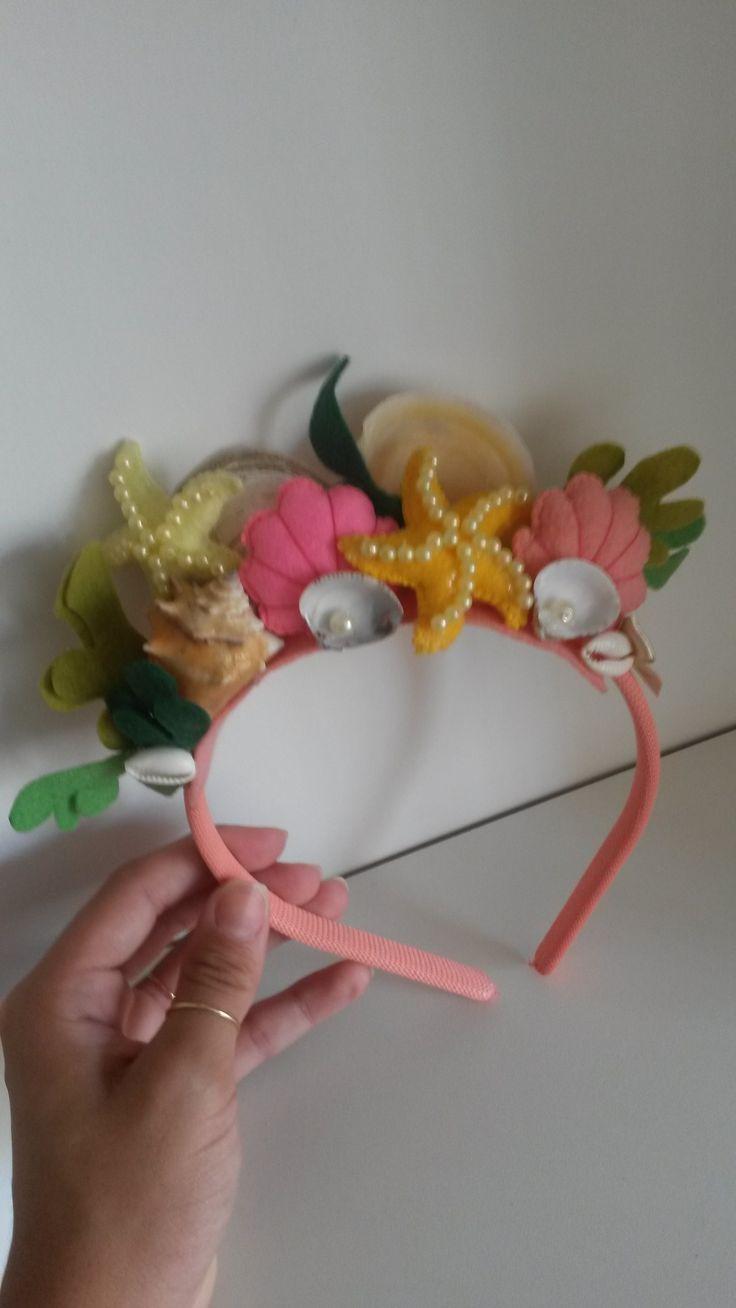 Tiara Sereia feita a mão com apliques em feltro, búzios e conhas. #sereismo #sereia #acessoriossereia #fantasiasereia