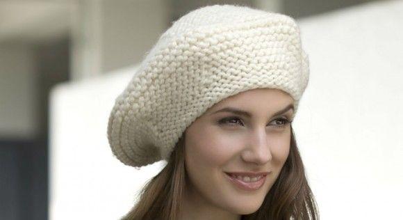 Cet hiver, on redécouvre le béret en tricot. Simplement réalisé au point mousse dans une belle laine écrue, plus chic qu'un bonnet il termine la silhouette avec élégance. A découvrir ...