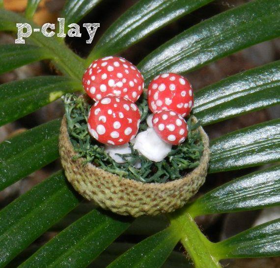 Bowl (shell acorn) with 4 mushrooms (Amanita muscaria / Fly agaric) made in polymer clay (1:12) by pclayplay. Cuenco (cáscara de bellota) con 4 setas (Amanita muscaria) realizadas en arcilla poliméricas (1:12) por Pclayplay.