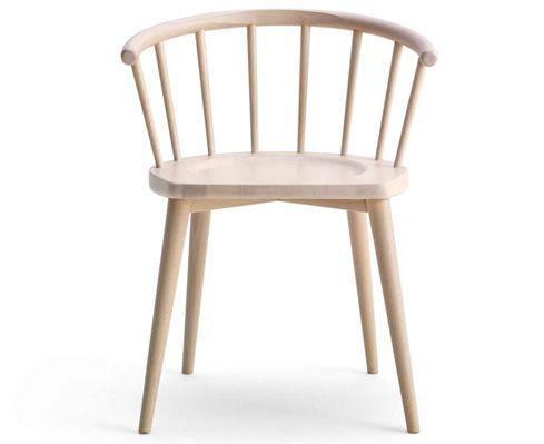 """Fabrizio Gallinaro con il modello W by Billiani. rivisita una storica tipologia di sedia, cioè la Windsor Chair. Il legno, naturale oppure in versione laccata, viene utilizzato con un attento controllo degli spessori e delle inclinazioni per ottenere un disegno equilibrato e armonioso. La famiglia comprende sedia, poltrona, sgabello e """"rocking chair"""" la prima sedia a dondolo realizzata da Billiani."""