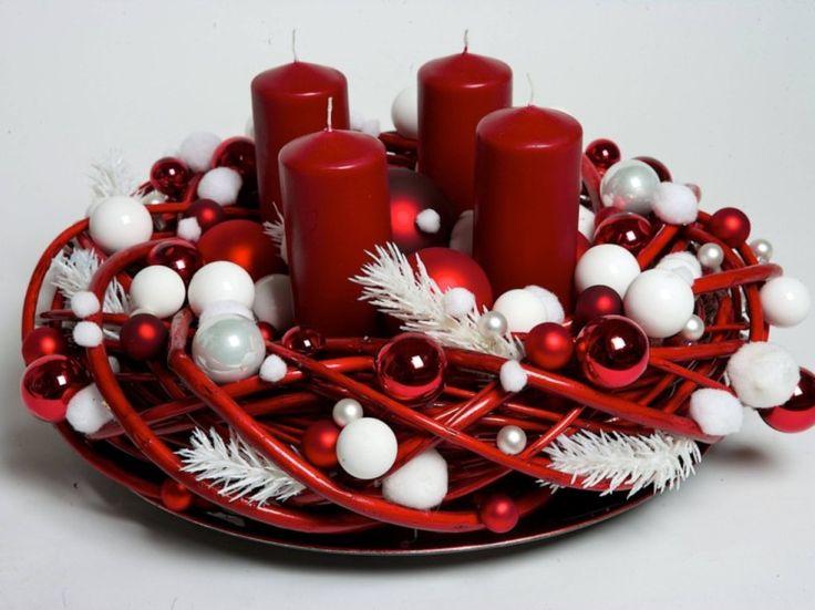 Weidenkranz:  Weiße und rote Kugeln und weiße Tannenzweige schmücken das Geflecht, Florale Welten, ca. 179 Euro