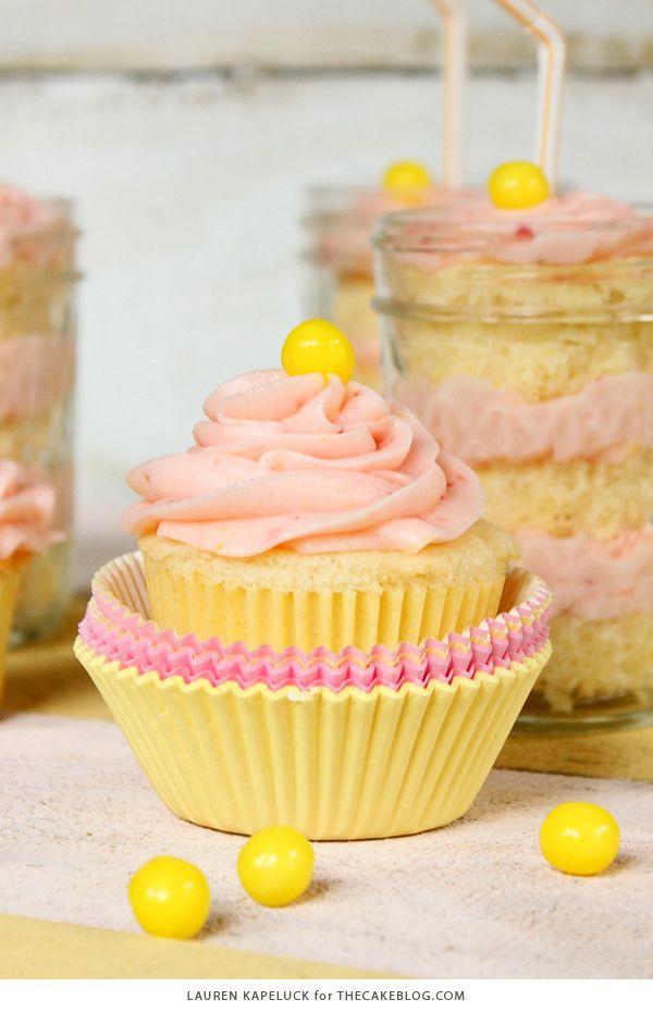 Strawberry Lemonade Cupcakes - magdalenas de limón húmedas emparejado con crema de mantequilla de fresa fresca para la combinación perfecta de amargo y dulce |  De Lauren Kapeluck para TheCakeBlog.com