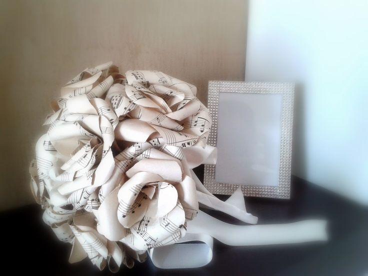 Bouquet da sposa realizzato a mano con rose in carta a tema musica