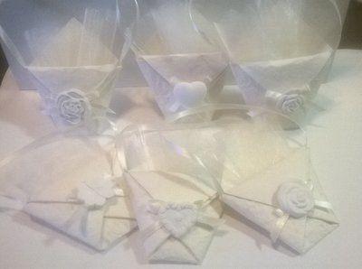 Bustina per confetti realizzata con carta artigianale,al centro un piccolo fiocco e un gesso.  Si può scegliere il gesso preferito tra: -Cuore semplice .cuore con fiori in rilievo -quadrifoglio -3 rose di diverse forme  All'interno c'è un veletto avorio dove pote mettere i confetti.  CONFETTI ESCLUSI.  SPEDIZIONE GRATUITA PER ORDINI SUPERIORI A 90 EURO. PRIMA D' EFFETTUARE L'ORDINE CONTATTATEMI PER E-MAIL PER LA DISPONIBILITà DEL MATERIALE.  tempo di preparazione 3-7 giorni.