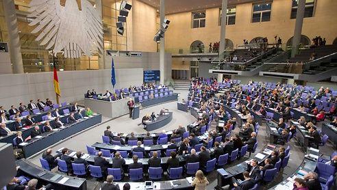 10. November: Der Bundestag debattiert über einen Antrag der Linkspartei, die Brennelementesteuer zu verlängern. CDU/CSU lehnen den Antrag ab. Die Grünen stimmen zu. Die SPD unterstützt den Antrag inhaltlich, stimmt aber dagegen, weil sie sich an die Koalitionsdisziplin halten will. Sie verweist aber auf einen ähnlichen Antrag der Grünen, der noch in den Ausschüssen diskutiert werden soll und äußert die Hoffnung, dass sich die Union noch umstimmen lässt. Hier die Sitzung im…