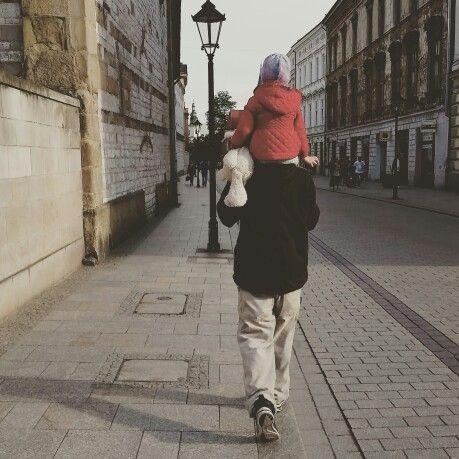 #córka #dzientaty #spacer #rodzina #dziecko #tata #krakow