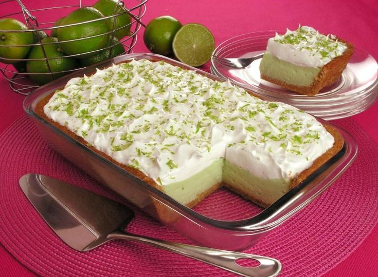 receita de torta de limão de travessa coberta com chantilly e raspas de limão