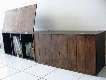 ウッドの扉をつけて、より本格的なシェルフにリメイク。側面も扉と同じテイストの木の板で囲っているので、元がカラーボックスとは思えません。