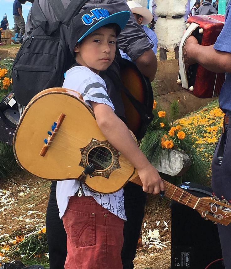 """Niño de uno de los tantos grupos musicales que amenizan los """"picnics"""" en el panteon de #Romerillo #chiapas #mexico #diademuertos"""