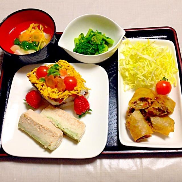 丹後のちらし風にして 型は、牛乳パックで代用です。 初のテリーヌに挑戦❗️ピンクは人参にケチャップを混ぜ、緑は青汁を混ぜてみました。 他は、春らしく菜の花のからし和えです - 4件のもぐもぐ - サバ缶そぼろの押し寿司 by mayumitakewCe