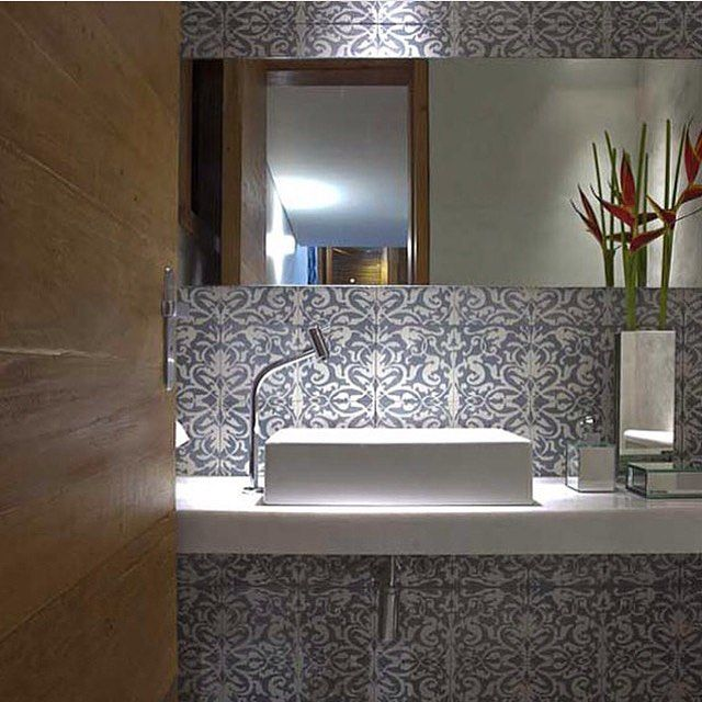 Lavabo l Ladrilho hidráulico e iluminação indireta valorizando a parede! Projeto @arquiteturadavidguerra #bath #bathroom #revestimento #decor #design #ladrilhohidraulico #cool #rustic #homedecor #instabest #arquiteto #arquiteta #architect #decoracion #decoration #photo #lamp #iluminação #archdecor #blogfabiarquiteta #fabiarquiteta  www.fabiarquiteta.com