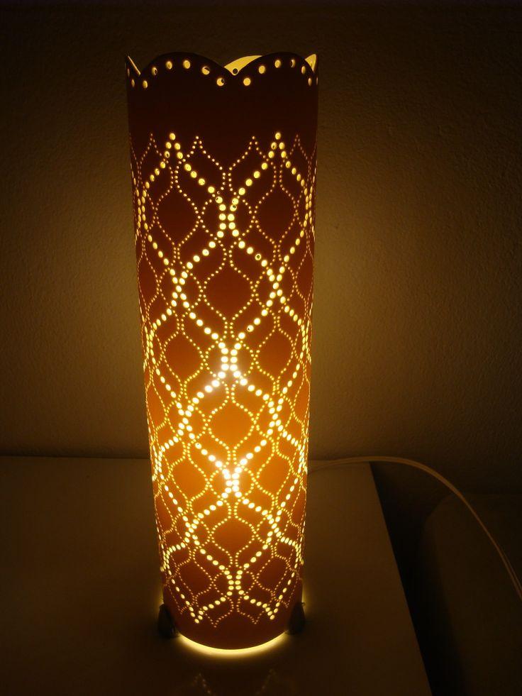 Luminária feita em cano de pvc, com 38cm de altura. <br>** Não inclui lâmpada <br> <br>Entre em contato conosco e peça já a sua!