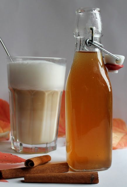 Chai-Sirup : Chai geht auf das Hindi-Wort chai 'gesüßter Gewürztee' zurück. Nelken, Kardamom, Piment, Zimt und Ingwer sind die hier würzenden Bestandteile