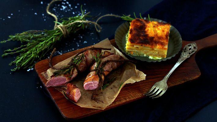 Baconsurret lammefilet med gratinerte rotgrønnsaker - Gjester - Oppskrifter - MatPrat
