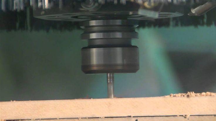 Una pieza pieza compleja en MDF elaborada con una maquina CNC. El MDF tiene un excelente comportamiento en la elaboración de piezas que requieran cortes estrechos, en este video podrás ver como a través de una maquina CNC (Control numérico computalizado) mediante ordenes automáticas se manipula MDF de 15 ml, para generar una pieza compuesta de líneas organizas y complejas.