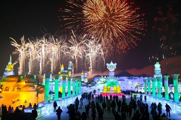 Personas visitan la ceremonia de apertura del Festival Internacional del Hielo y Nieve en Harbin, en la provincia china de Heilongjiang. (AFP/VANGUARDIA LIBERAL)