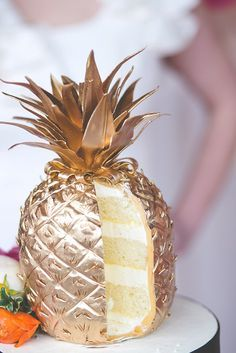 How cool is this gold pineapple cake for a Hawaiian beach wedding themed cake