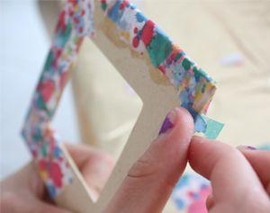 Creatief met papier: een fotolijstje van papiersnippers. #knutselen #decoupage #kinderen