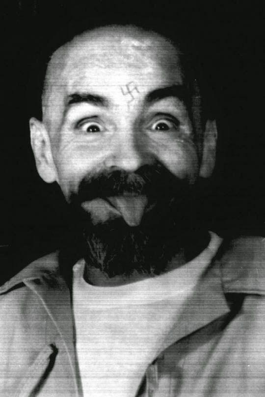 Ο παρανοϊκός Τσαρλς Μάνσον ο άνθρωπος που ευθύνεται για τα πιο άγρια εγκλήματα στην ιστορία του Χόλιγουντ. http://kritigr.gr