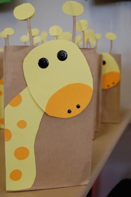 Bolsas de papel kraft personalizadas con figura de jirafa para baby shower. #RecordatoriosBabyShower